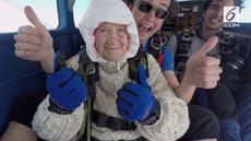 Irene O'shea, nenek berusia 102 tahun berhasil memecahkan rekor dunia skydiving untuk amal di Australia. Aksi ini untuk dana amal Motor Neurone Disease Association.