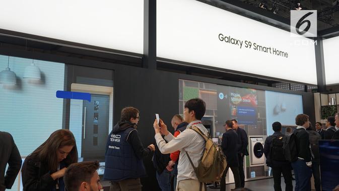Pengunjung booth Samsung di MWC 2018 melihat-lihat ekosistem Smart Home. (/ Agustin Setyo W)