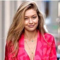 Gigi Hadid dikabarkan berkencan dengan Tyler Cameron. (Foto: Cosmopolitan.com)