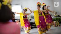 Anggota Perempuan Pelestari Budaya Indonesia menari Bali dalam Fashion Show Virtual di Jakarta, Sabtu (21/11/2020). Acara ini bertemakan #BalikemBali bertujuan eksplorasi yakni mengangkat kembali minat wisatawan lokal maupun mancanegara untuk berkunjung ke Bali. (Liputan6.com/Faizal Fanani)