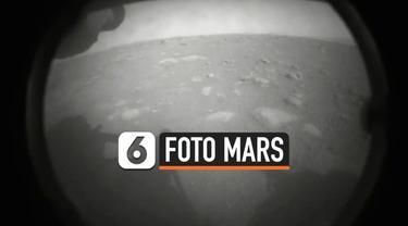 NASA berhasil mendaratkan robot buatannya di planet Mars. Helikopter yang dibawa oleh robot tersebut berhasil menangkap penampakan planet Mars.