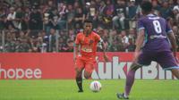 Aksi pemain Persiraja Banda Aceh, Defri Riski, pada laga kontra Persik Kediri di Stadion Brawijaya, Kediri, Sabtu (14/3/2020). (Bola.com/Gatot Susetyo)