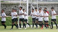 Sesi latihan Timnas Indonesia U-16 di Lapangan UII, Sleman (18/2/2020). (Bola.com/Vincentius Atmaja)