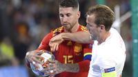 Sergio Ramos (kiri) bergegas memungut bola usai cetak gol ke gawang Inggris (CRISTINA QUICLER / AFP)