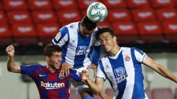 Pemain Barcelona, Sergi Roberto, duel udara dengan pemain Espanyol, Raul De Tomas dan Bernardo Espinosa, pada laga La Liga di Stadion Camp Nou, Rabu (8/7/2020). Barcelona menang 1-0 atas Espanyol. (AP/Joan Monfort)