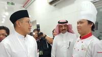 Menteri Agama Lukman Hakim Saifuddin saat berbincang dengan koki katering jemaah calon haji Indonesia. (MCH Indonesia)