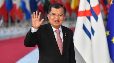 Wakil Presiden Indonesia, Jusuf Kalla melambaikan tangan saat tiba menghadiri pembukaan KTT ASEM (Asia-Europe Meeting) ke-12 di Brussels, Belgia, (18/10). (AFP Photo/Emmanuel Dunand)