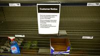 Rak-rak kosong tempat cairan pembersih tangan di sebuah supermarket di Sydney, Rabu (4/3/2020). Supermarket terbesar Australia mengumumkan batas pembelian tisu toilet dan pembersih tangan (handsanitizer) setelah terjadi panic buying akibat ketakutan penyebaran virus corona COVID-19 (PETER PARKS/AFP)