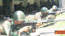 Citizen6, Surabaya: Sedikitnya 150 orang prajurit Kobangdikal mengasah naluri tempur dengan latihan menembak senjata laras panjang jenis SS.1 dilapangan tembak Jala Krida Braja, Kesatrian Bumimoro, Surabaya, Selasa (27/3). (Pengirim: Penkobangdikal)