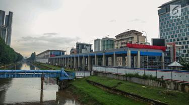 Tampak samping area pembangunan Stasiun Sudirman Baru di Kawasan Dukuh Atas, Jakarta Pusat, Rabu (22/11). Progres pembangunan Stasiun Sudirman Baru kini telah mencapai 96%. (Liputan6.com/Faizal Fanani)
