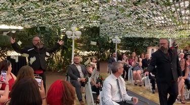 Viral, Momen Pria Menebar Uang Pada Tamu Undangan di Acara Pernikahan
