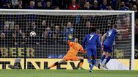 Kiper Arsenal, Petr Cech, gagal menghalau tendangan striker Leicester City, Jamie Vardy, pada laga Premier League di Stadion King Power, Kamis (10/5/2018). Leicester City menang 3-1 atas Arsenal. (AP/David Davies)