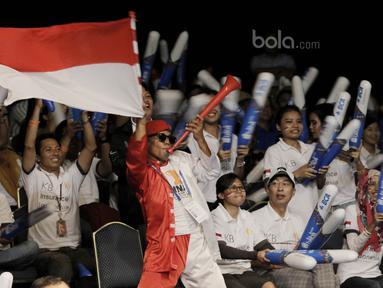 Suporter mengibarkan bendera merah putih saat menyaksikan Indonesia Open 2017 di JCC, Senayan, Jumat (17/6/2017). Ribuan suporter antusias memberi dukungan untuk atlet Indonesia. (Bola.com/M Iqbal Ichsan)