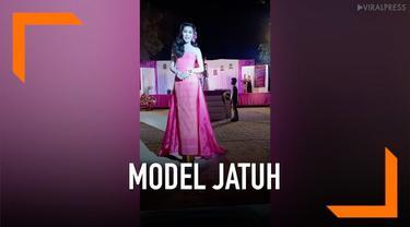 Seorang model mengalami insiden memalukan saat mengikut kontes kecantikan di Thailand. Ia terjatuh di hadapan juri dan penonton karena sepatu hak tinggi yang digunakannya.