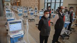 Para petugas medis yang mengenakan masker terlihat di Rumah Sakit Kota Basaksehir di Istanbul, Turki, pada 20 April 2020. Fase pertama dari rumah sakit superbesar baru itu, yang akan digunakan untuk merawat pasien COVID-19, diresmikan pada Senin (20/4) di Istanbul. (Xinhua)