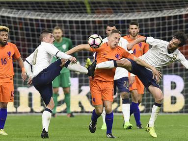 Gelandang Belanda, Jens Toornstra, dihadang oleh Gelandang Italia, Marco Parolo, pada laga persahabatan di Stadion Amsterdam Arena, Belanda, (28/03/2017). Italia berhasil menang 2-1 atas Belanda (AFP/John Thys)