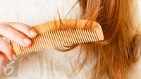 Berikut empat hal yang harus dihindari agar rambut tidak mudah rontok dan kusam. (Foto: iStockphoto)