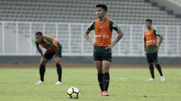 Pemain Timnas Indonesia U-23, Mahir Radja, bersiap menendang bola saat internal game di Stadion Madya, Jakarta, Jumat(8/3). Latihan ini merupakan persiapan jelang kualifikasi Piala AFC U-23 di Vietnam. (Bola.com/Yoppy Renato)