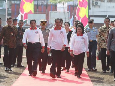 Presiden Joko Widodo didampingi Ibu Negara Iriana Jokowi dan Kepala BNN, Komjen Budi Waseso saat tiba di acara peringatan Hari Anti Narkotika Internasional (HANI) di kawasan Taman Sari, Jakarta, Minggu (26/6). (Liputan6.com/Herman Zakharia)