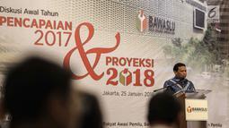 Suasana saat Ketua Bawaslu Abhan memberi sambutan dalam diskusi awal tahun di Jakarta, Kamis (25/1). Acara dihadiri juga oleh Ketua KPU Arief Budiman, Ketua DKPP Harjono, serta perwakilan MA, dan TNI serta Polri. (Liputan6.com/Faizal Fanani)