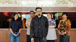 Direktur Amnesty International Indonesia Usmad Hamid memberikan keterangan di Polda Metro Jaya, Selasa (9/7/2019). Kedatangannya untuk menemui Kapolda Metro Jaya Irjen Gatot Eddy Pramono guna mendiskusikan perihal temuan-temuan mereka dalam kerusuhan 21-22 Mei 2019. (Liputan6.com/Immanuel Antonius)