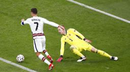 Namun, CR7 berhak atas sepatu emas karena satu assist-nya saat Portugal kalah 2-4 dari Jerman. Sekadar informasi, sejak Piala Eropa 2008, assist menentukan gelar top skor Piala Eropa jika ada dua pemain dengan jumlah gol sama. (Foto:AP/Laszlo Balog/Pool)