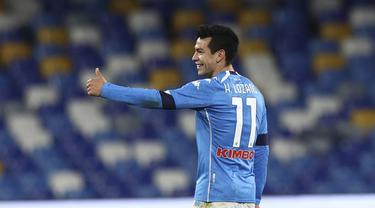 Penyerang Napoli, Hirving Lozano berselebrasi usai mencetak gol ke gawang Spezia pada pertandingan perempat final Coppa Italia di stadion Maradona di Naples, Italia, Jumat (29/1/2021). Lozano mencetak dua gol dan mengantar Napoli menang telak atas Spezia 4-2. (Alessandro Garofalo/LaPresse via AP)