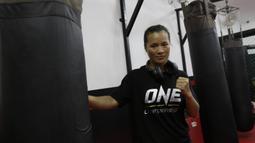 Petarung MMA, Lumban Gaol, berpose usai latihan di Syena Martial Arts, Jakarta, Rabu (16/1). Latihan ini merupakan persiapan jelang laga One Championship pada Sabtu (19/1) mendatang di Istora Senayan. (Bola.com/M. Iqbal Ichsan)