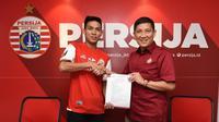 CEO Persija Jakarta, Ferry Paulus, bersama rekrutan teranyar Macan Kemayoran, Yogi Rahardian. (Media Persija)