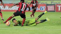 Kiper M.Natshir tampil gemiang saat Persib Bandung melawan Persipura pada laga Torabika SC 2016 di Stadion Si Jalak Harupat, Bandung, (12/11/2016). (Bola.com/Nicklas Hanoatubun)