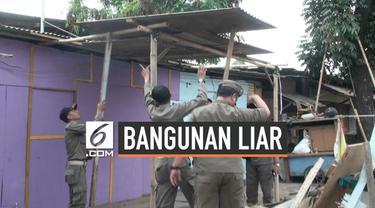 Belasan bangunan liar yang bereda di Jalan Raden Inten, Duren Sawit, Jakarta Timur dibongkar petugas Satpol PP pada Selasa (17/9/2019) siang.