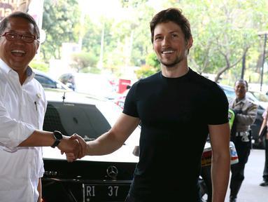 Menteri Komunikasi dan Informatika, Rudiantara berjabat tangan dengan pendiri sekaligus CEO Telegram, Pavel Durov setibanya di kantor Kemenkominfo, Jakarta, Selasa (1/8). Keduanya menggelar pertemuan yang berlangsung tertutup. (Liputan6.com/Angga Yuniar)
