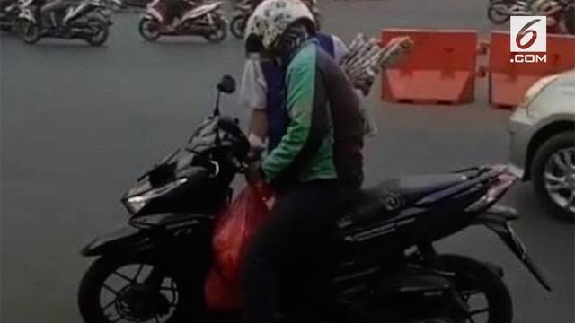 Seorang driver ojek online misterius di Bekasi menjadi perbincangan di media sosial. Pasalnya, setiap Jumat, driver itu muncul membagikan nasi uduk cuma-cuma di jalan.