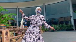 Setelah lulus dari sekolah fashion LPTB SUSAN BUDIHARDJO, Bella Shofie kini disibukkan dengan aktivitas mendesain baju. Ia pun mengembangkan clothing linenya sendiri. (Liputan6.com/IG/bellashofie_rigan)