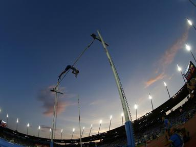 Atlet lompat galah dari Prancis, Renaud Lavillenie beraksi pada ajang  IAAF Athletics Diamond League di Letzigrund stadium, Zurich, Swiss, (1/9/2016). (REUTERS/Arnd Wiegmann)