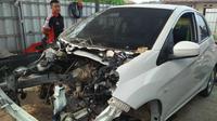 Pemilik kendaraan yang mengalami kerusakan akibat terjangan tsunami Selat Sunda, mulai melakukan perbaikan. (Liputan6.com/Yandhi Deslatama)