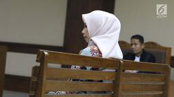 Terdakwa dugaan suap terhadap mantan anggota DPR Bowo Sidik Pangarso terkait kerja sama bidang pelayaran, Asty Winasti saat sidang pembacaan tuntutan di Pengadilan Tipikor, Jakarta, Rabu (7/8/2019). Asty dituntut 2 tahun penjara dan denda Rp 100 juta. (Liputan6.com/Helmi Fithriansyah)