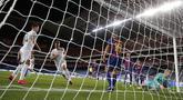 Pemain Bayern Munchen Joshua Kimmich (kedua kiri) melakukan selebrasi usai mencetak gol ke gawang Barcelona pada pertandingan perempat final Liga Champions di Stadion Luz, Lisbon, Portugal, Jumat (14/8/2020). Bayern Munchen membantai Barcelona dengan skor 8-2. (AP Photo/Manu Fernandez/Pool)
