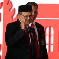 Presiden ke-3 RI BJ Habibie tiba menghadiri  Sidang Tahunan MPR, DPR dan DPD di Kompleks Parlemen, Senayan, Jakarta, Kamis, (16/8). Tema sidang tahunan kali ini Bhinneka Tunggal Ika. (Liputan6.com/Johan Tallo)