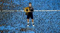 Petenis Skotlandia, Andy Murray, berpose dengan trofinya seusai menjuarai turnamen China Terbuka 2016, Minggu (9/10/2016). (Reuters/Stringer)