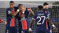 Para pemai Paris Saint-Germain (PSG) merayakan kemenangan atas Bayern Munchen pada laga Liga Champions di Stadion  Parc des Princes, Rabu (14/4/2021). PSG takluk dengan skor 0-1. (AFP/Frank Fife)