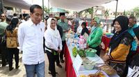 Presiden Joko Widodo bersama Ibu Negara Iriana menemui ibu-ibu penerima program Membina Keluarga Sejahtera (Mekaar) di Garut, Jawa Barat, Jumat (18/1). Jokowi meminta penerima program Mekaar semangat menjalankan roda bisnis. (Liputan6.com/Angga Yuniar)
