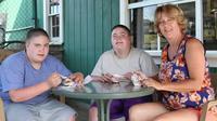 Stevie dan Eddie Ahern menyandang autisme dan Prader-Willi Syndrome yang membuat mereka selalu kelaparan. (Foto: Nypost/Barcroft)