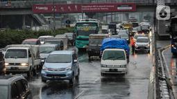 Kendaraan bermotor melintasi genangan air di ruas Tol Dalam Kota (Dalkot), Jakarta, Selasa (17/12/2019). Air hujan sempat menggenangi sebagian ruas Tol Dalam Kota  untuk arah Kuningan arah Cawang hingga sempat membuat lalu lintas tersendat. (Liputan6.com/Faizal Fanani)