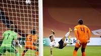 Gelandang Italia, Nicolo Zaniolo, berusaha mencetak gol ke gawang Belanda pada laga UEFA Nations League di Amsterdam Arena, Selasa (8/9/2020) dini hari WIB. Italia menang tipis 1-0 atas Belanda. (AFP/Maurice Van Steen/ANP)
