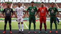 Persebaya memperkenalkan jersey musim 2019 di Stadion Gelora Bung Tomo, Surabaya, Jumat (29/3/2019). Urutan jersey dari kiri: alternatif ketiga, tandang, kandang, kiper, dan kandang. (Bola.com/Aditya Wany)