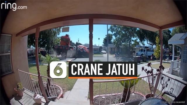 Sebuah truk crane yang sedang beroperasi tiba-tiba terjatuh di sebuah permukiman. Detik-detik jatuhnya crane terekam CCTV sebuah rumah.