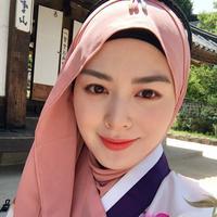 Hijab casual dengan sentuhan denim ala Hijabers Korea. (sumber foto: @xolovelyayana/instagram)