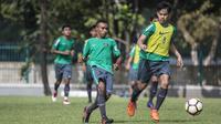 Pemain Timnas Indonesia U-19, Todd Rivaldo, menggiring bola saat latihan di Lapangan ABC, Jakarta, Senin (19/2/2018). Latihan ini dilakukan untuk persiapan Piala AFF U-18 2018 dan Piala Asia U-19 2018. (Bola.com/Vitalis Yogi Trisna)
