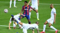 Penyerang Barcelona, Ansu Fati, berusaha melewati pemain Ferencvaros pada matchday 1 Grup G Liga Champions 2020/2021 di Camp Nou, Rabu (21/10/2020) dini hari WIB. Barcelona menang 5-1 atas Ferencvaros. (AFP/Lluis Gene)